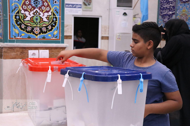 گزارش تصویری | شلوغی شعبههای اخذ رای بندر امام خمینی در ساعات پایانی رای گیری